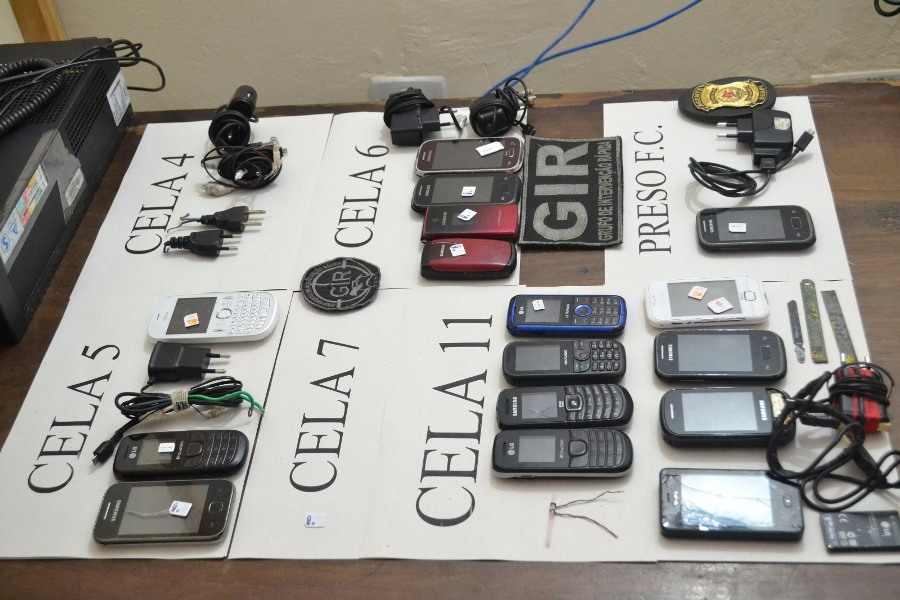 Uma investigação vai apurar como os celulares entraram no presídio
