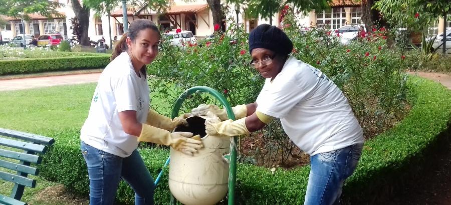 Claudineia trabalha há 8 anos nos jardins e dona Giovana há 2 anos e meio