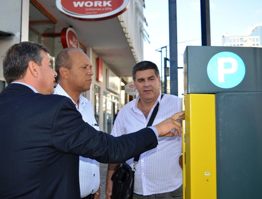 Diretor da empresa EXP faz demonstração do equipamento ao prefeito e secretário