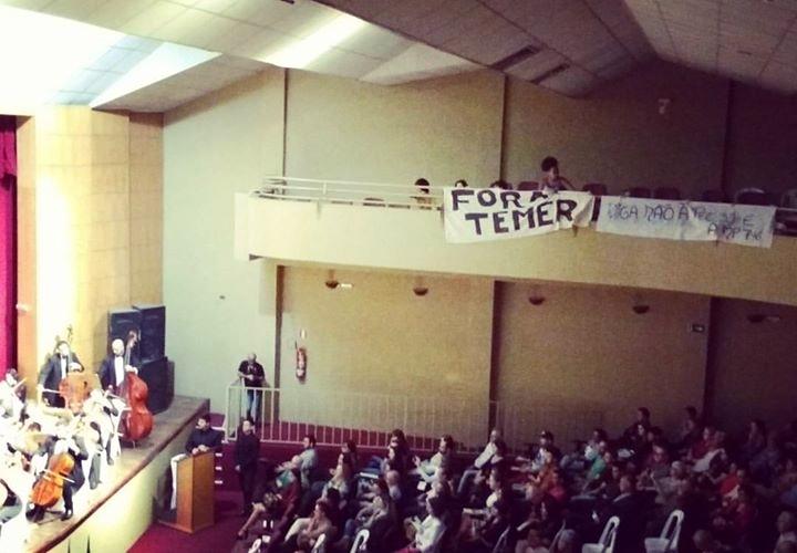 Manifestantes penduraram faixas para receber senador tucano - foto redes sociais