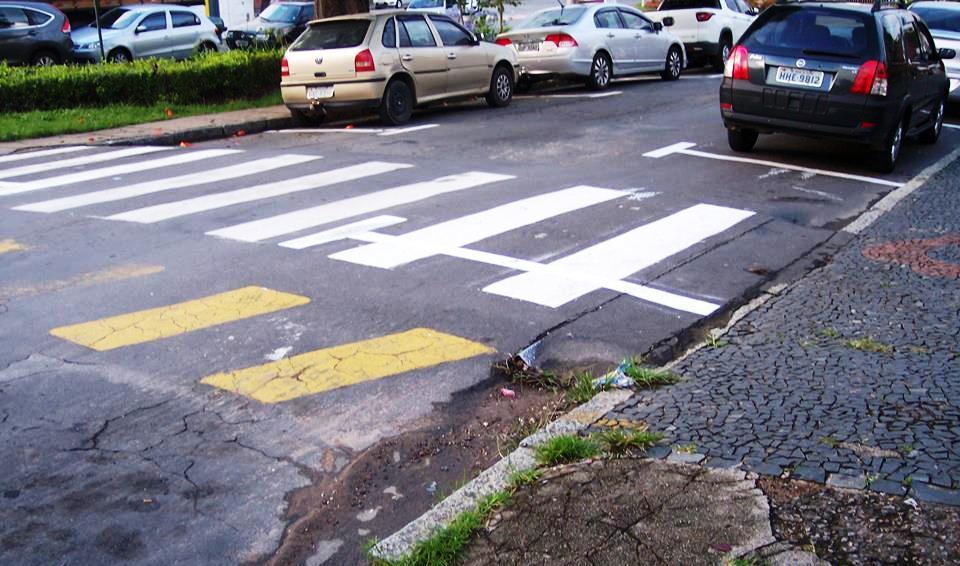 Pedestre terá que disputar faixa na travessia com carros - foto redes sociais