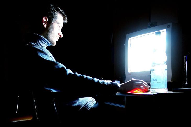 A posse de material de conteúdo pornográfico infantil é crime sujeito a pena de reclusão de 1 a 4 anos, mais multa.