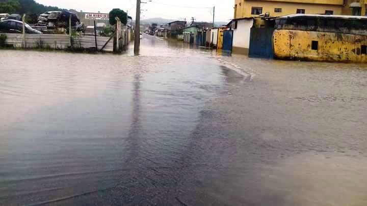Ruas ficaram tomadas pela água mesmo com a limpeza feita no ribeirão