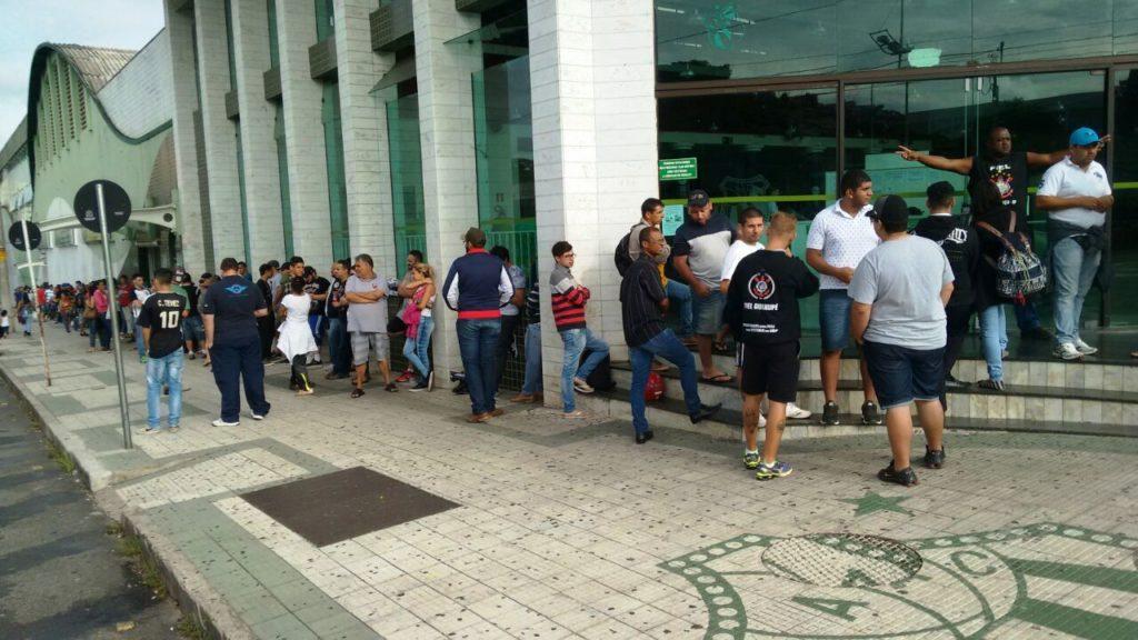 Bilheteria nem bem abril e dezenas de torcedores esperam na fila para comprar ingresso