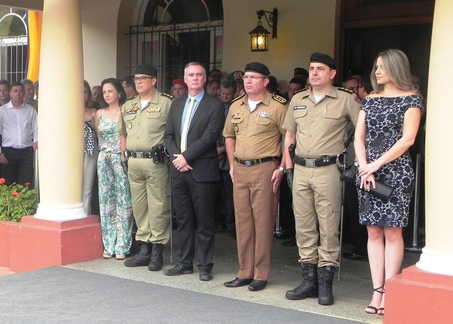 Autoridades civis e militares acompanhar a solenidade